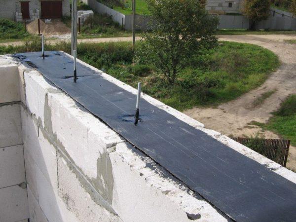 Между стеной и мауэрлатом обязательно должен укладываться гидроизоляционный материал