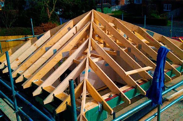 Стропильная система вальмовой крыши отличается от обычной двускатной