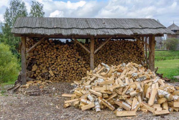 Для сушки дров используют открытый навес