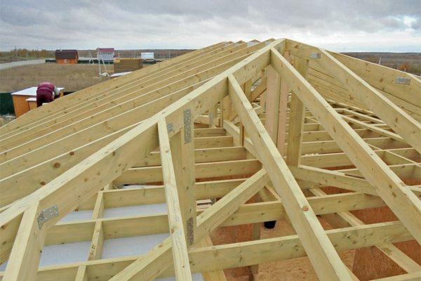 Основными недостатками вальмовой крыши считаются сложность возведения и большое количество отходов строительных материалов