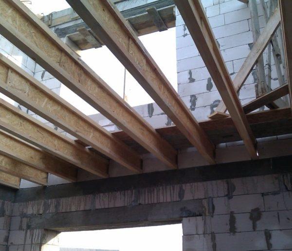 Использование двутавровых балок позволяет снизить нагрузки на перекрытия и фундамент строения