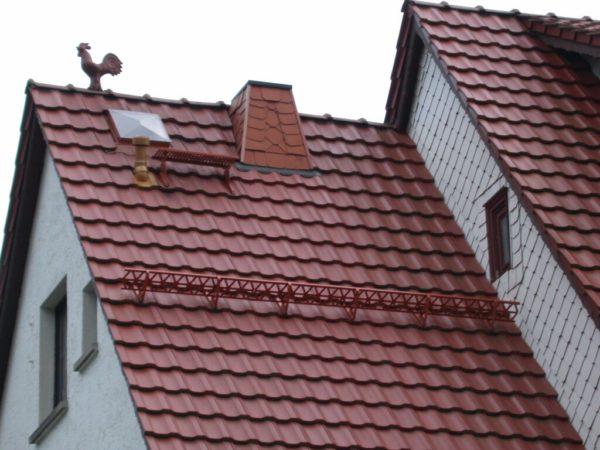 На крышах с большим углом наклона необходимы снегозадержатели