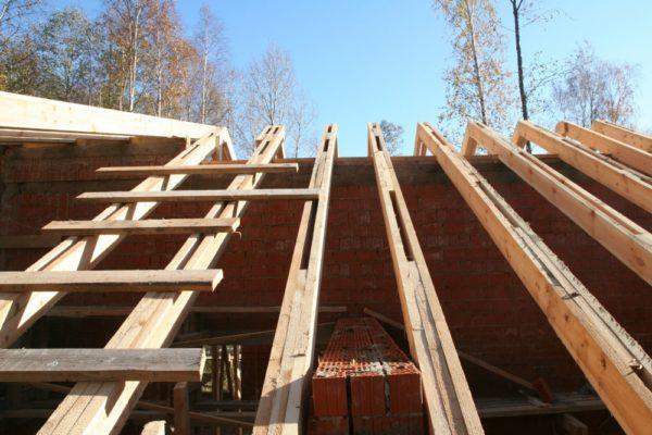 Деревянные стропильные ноги изготавливаются из бруса или доски, сечение которых зависит от расчетной нагрузки на конструкцию