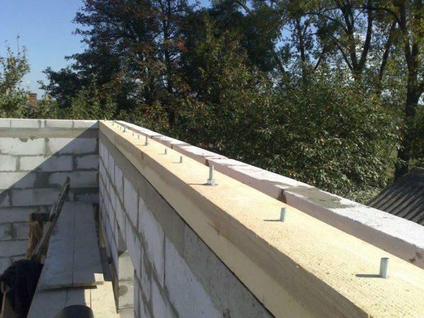 Мауэрлат применяется в любой стропильной ферме и представляет брусок, крепящийся по периметру стен строения
