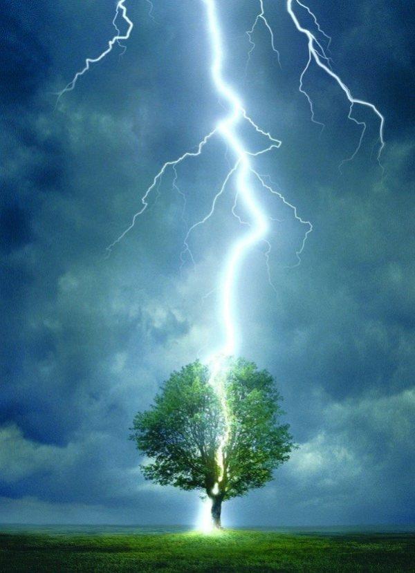 Молния выбирает наименьший путь сопротивления