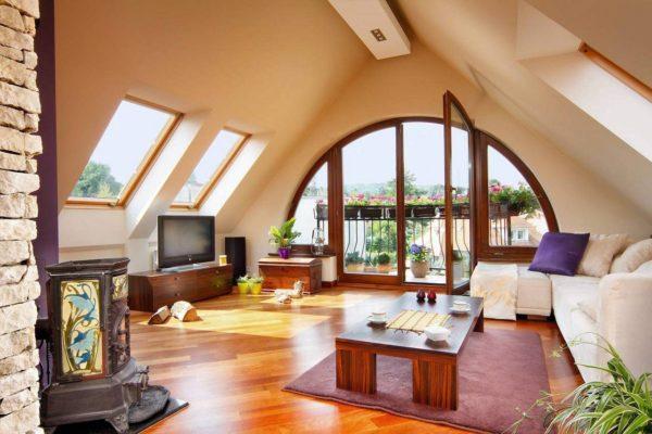Огромные окна с балконами, привлекающими внимание оригинальной формой
