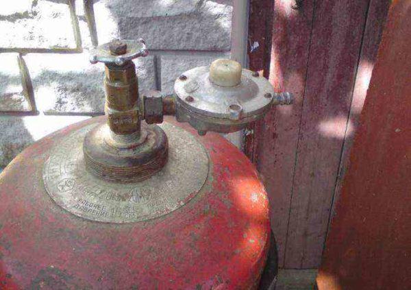 Вне зависимости от того, используется заводская газовая горелка или самодельная, нужно строго соблюдать требования пожарной безопасности