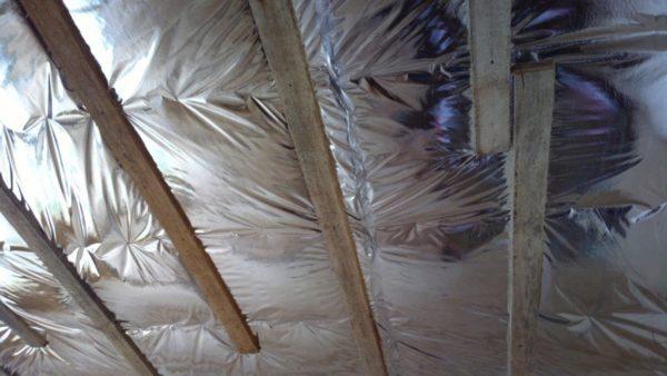 Отражающий слой обращён не к утеплителю, а в сторону помещения