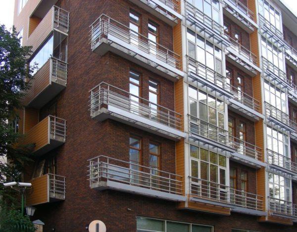 Балконы с решётчатыми ограждениями