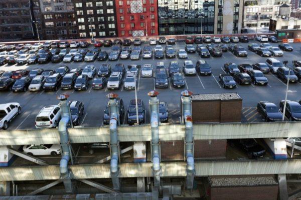 Парковка на крыше многоэтажного здания с бетонным парапетом