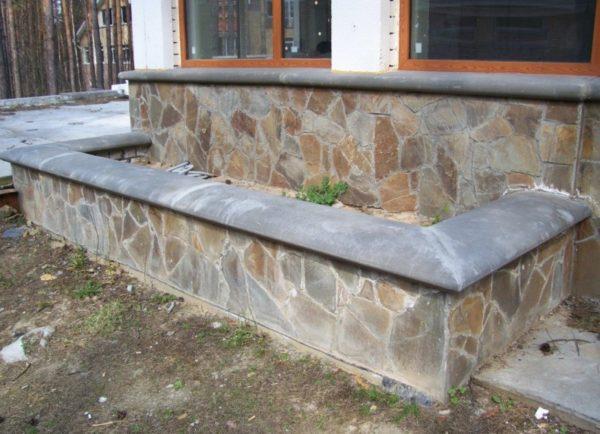 Каменный парапет с бетонным оголовком