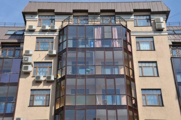Везде одинаковое остекление, и только последний балкон открыт