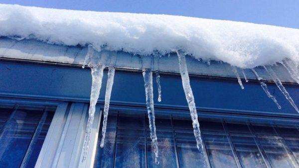 Скопление снега и соСкопление снега и сосулек на козырькесулек на козырьке