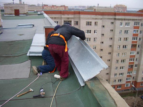 Кровельные костыли могут применяться при обустройстве парапета на крыше